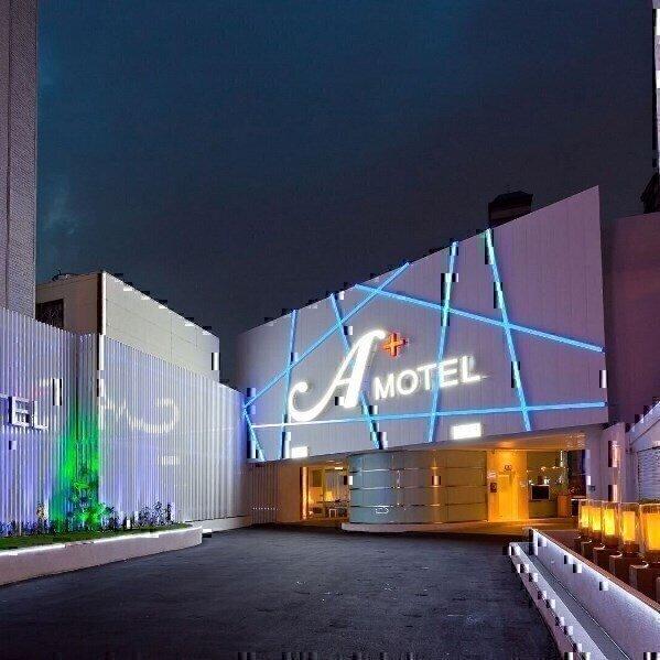 摩登汽車旅館外觀夜景照.jpg